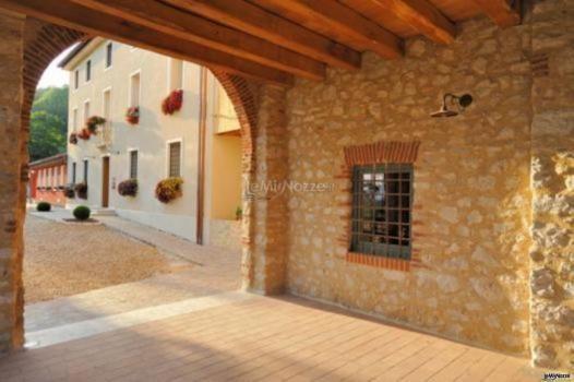Il portico in legno e pietra