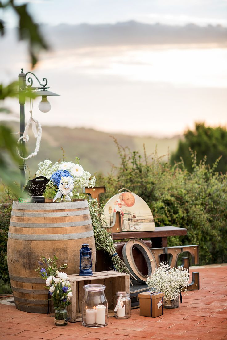 wedding in tuscany - country chic wedding - wedding decor - wedding guest book station - wedding station - wedding flowers - hydrangea - gypsophila - country chic decorationsph. Odiza Fotografie