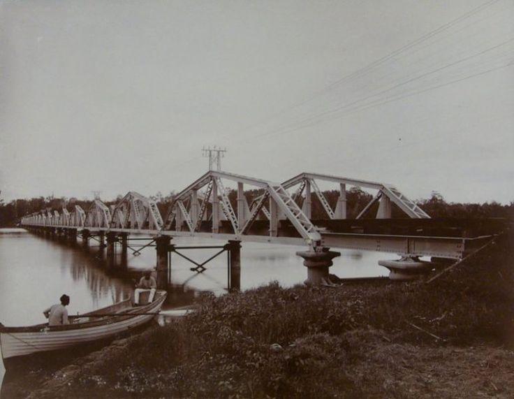 Een spoorbrug in Deli, Sumatra, Indonesië (1889-1898)
