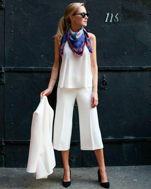 Que tal quebrar um look total white com um lenço estampado no pescoço? Um scarpin preto deixa o look bem sofisticado