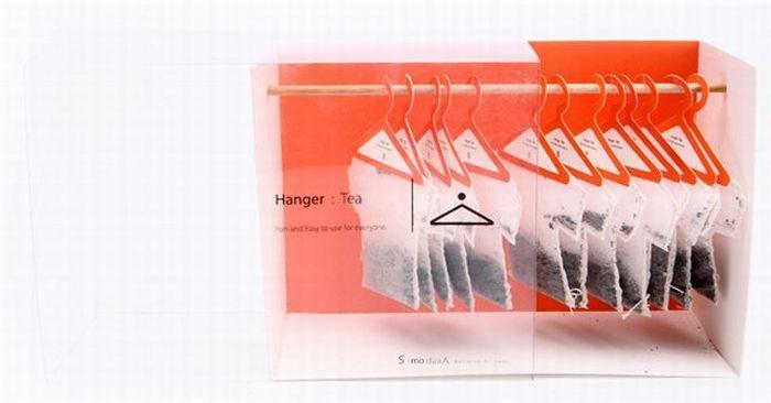 Voici un modèle que l'on pourrait appeler tea-shirt ! Le créateur a détourné la forme du sachet et la manière d'infuser le produit. La partie arrondie en crochet du cintre permet de rendre originale et pratique l'infusion du sachet en forme de tee-shirt. Ce packaging est primaire. Mais la marque n'est pas suffisamment bien communiquée sur la boîte où les sachets sont suspendus - en forme de penderie - qui est un packaging secondaire.