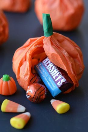 Come realizzare delle simpatiche zucche di carta velina fai da te da regalare ai bambini che busseranno alla porta di casa nella notte di Halloween!
