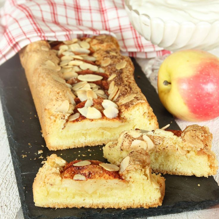 En riktigt läcker och lättbakad äppelkaka med lite segmjuka, frasiga kanter.
