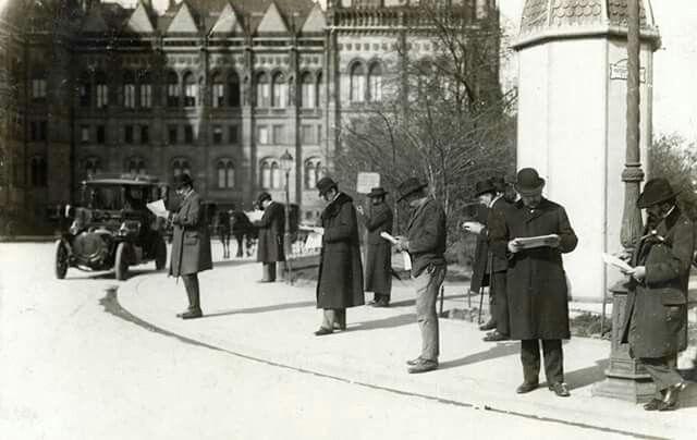 1914. Kossuth Lajos tér. A Parlament előtt.