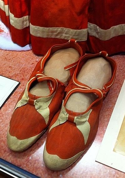 http://knitsmith.org/wp-content/uploads/2012/02/Detail-Victorian-Bathing-Shoes.jpg