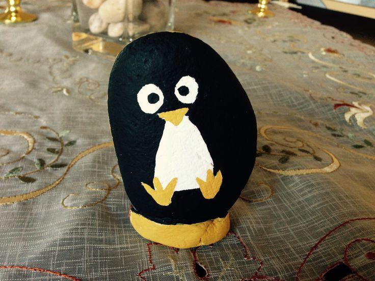 Taş boyama penguen.