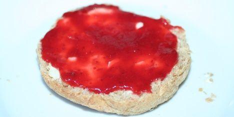 Den her marmelade smager af sommer og sol med den lækre kombination af jordbær og rabarber.