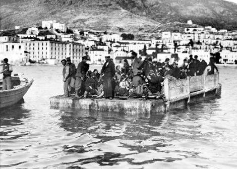 """SAMSUN'A VEDA Büyük gemiler açıkta bekliyor. Ve """"mübadele"""" ile Yunanistan'a gidecek Samsunlu Rumlar sallarla onları götürecek gemiye taşınıyor. Yıl 1923... Fotoğraf: Frank America/ Near East Relief"""