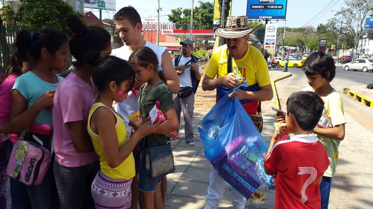 Entregando Juguetes y Jugo en diferentes lugares de Asunción por el Día del Niño y Niña, a nombre del municipio de Granada (Antioquia), de los Antioqueños y Antioqueñas, Colombianos, Colombianas y seguidores del programa mensaje de felicidad.