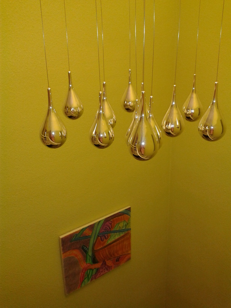 Vivienda Granada. Decoración en hueco de escalera. Lámpara colgante y cuadros contemporáneos.