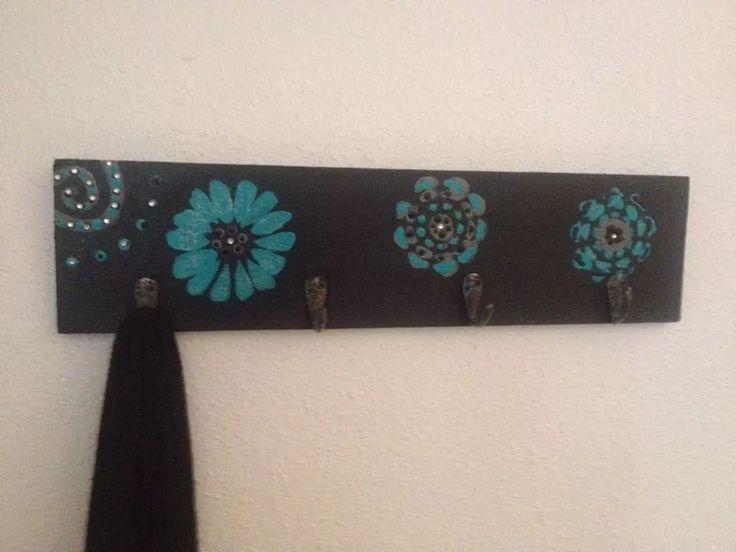 Pintura acrílica en madera con diseños florales hecho para colgar llaves y/o chalecos.