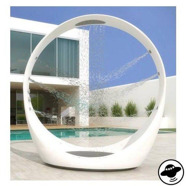 """wie der name schon andeutet, die dusche """"the loop"""" von idiha design ist als spirale geformt und eindeutig inspiriert von den wellen des ozeans. wenn man unter der dusche steht, umringt von dieser futuristischen, kugelförmigen struktur, wird man von der regendusche über dem kopf und gleichzeitig von den sechs horizontalen jet-streams erfrischt und massiert. das bildnerische design ist perfekt auf moderne outdoor-räume abgestimmt."""