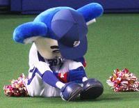 バク転を失敗したドアラ 【中日】ドアラ骨折!高木監督…お前もか : nikkansports.com