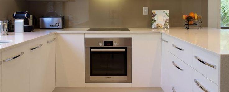 Hoe richt je een U-vormige keuken in? Bekijk deze mooie voorbeelden ter inspiratie voor je eigen U-vormige keuken. Tips en interieur ideeën bij MakeOver.nl