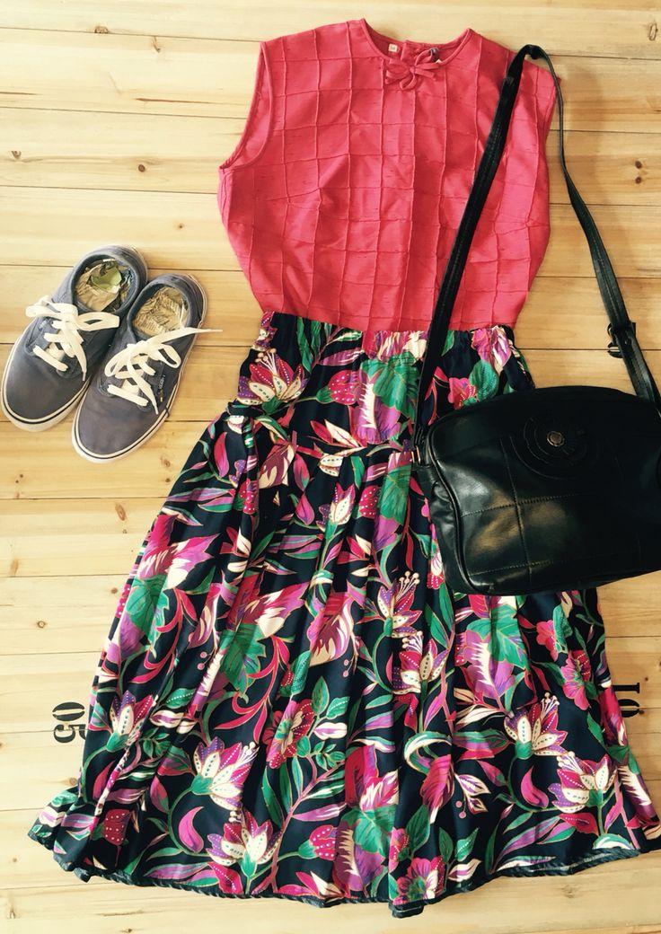 Vintage outfit! Floreal skirt, vintage blouse, Leather bag & vans!