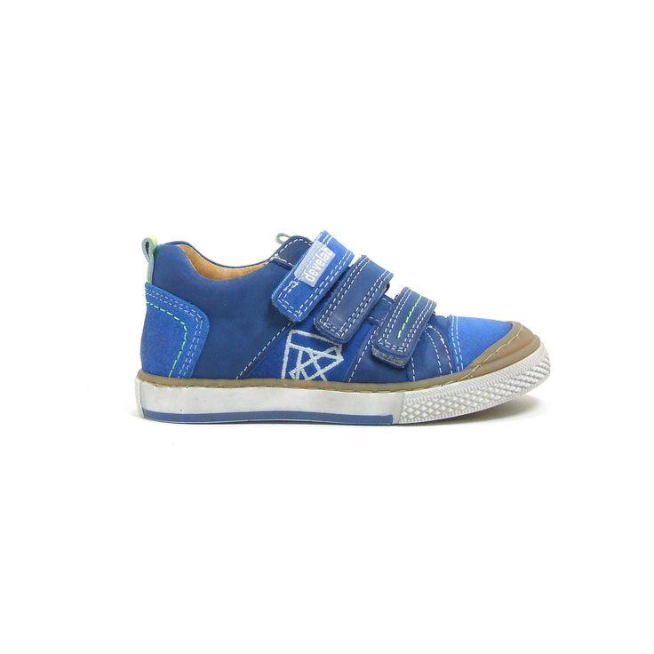 Super stevige jongensschoenen van Develab, model 41029! Met deze schoenen kan er wel een balletje getrapt worden want de rubber loopzool loopt een stuk door over de neus! Dan is het nog een extra handig dat ze snel aan en uit te trekken zijn door de 3 klitten banden. Zo gaat er geen tijd verloren om lekker buiten te spelen. Kobalt blauw nubuk leer wordt afgewisseld met donkerblauw glad leer.