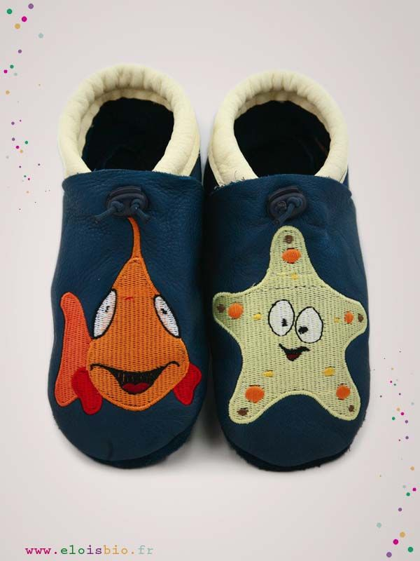 Chaussons  « Le poisson et l'étoile de mer » destiné aux bébés et enfants. Ces chaussons sont réalisé en cuir écologique avec un poisson brodé sur le pied droit et une étoile de mer sur le pied gauche.