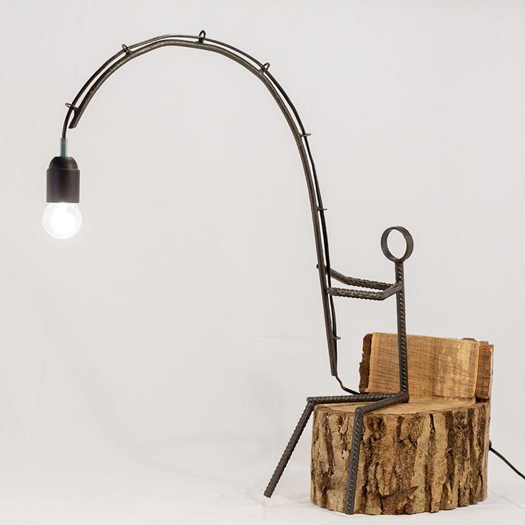 Il Pescatore  Lampada da tavolo creata utilizzando tondini da cemento armato.  Ideale su scrivanie e mobili di ogni genere.  Ferro trattato con vernice antiruggine color grafite  Lampada: attaco E14 (piccolo)  Dimensioni: 60x60 cm