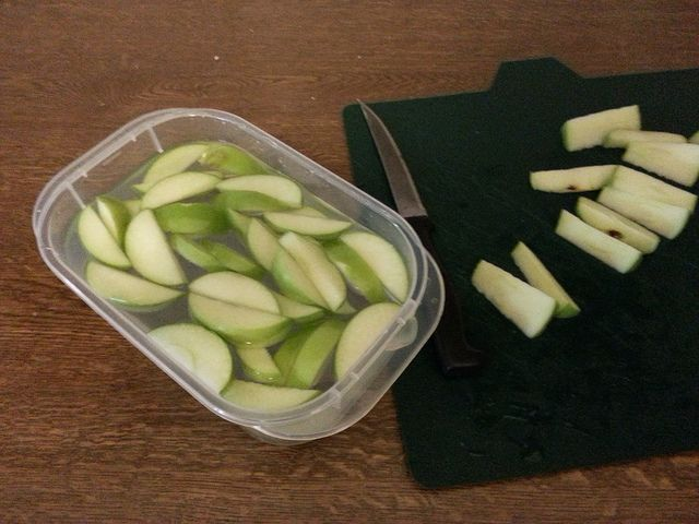 Keep apple slices from turning brown without using lemon ~ place in 4 cups of water with 1 tsp of salt, let soak for about 5 minutes, give a quick rinse under cold water, and drain on paper towel.
