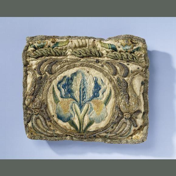 Beurs van gele zijde, geborduurd met iris in veelkleurige vloszijde en ornamenten in gouddraad - Het Rijksmuseum