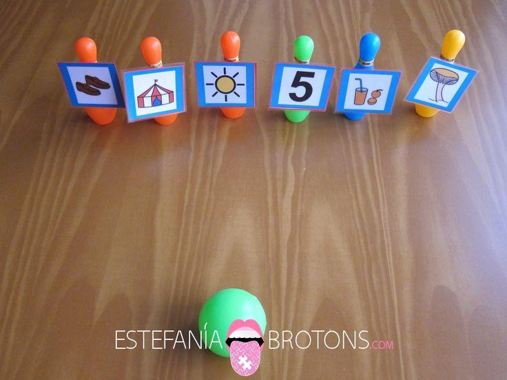 Trabajamos el soplo jugando a tumbar los bolos. Un ejercicio para trabajar la articulación y la discriminación auditiva de una forma amena y divertida.