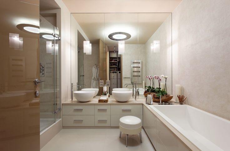 современный дизайн большой ванной комнаты с душевой кабиной и ванной в нежных тонах. #современный_дизайн_ванной_комнаты #большая_ванная_комната