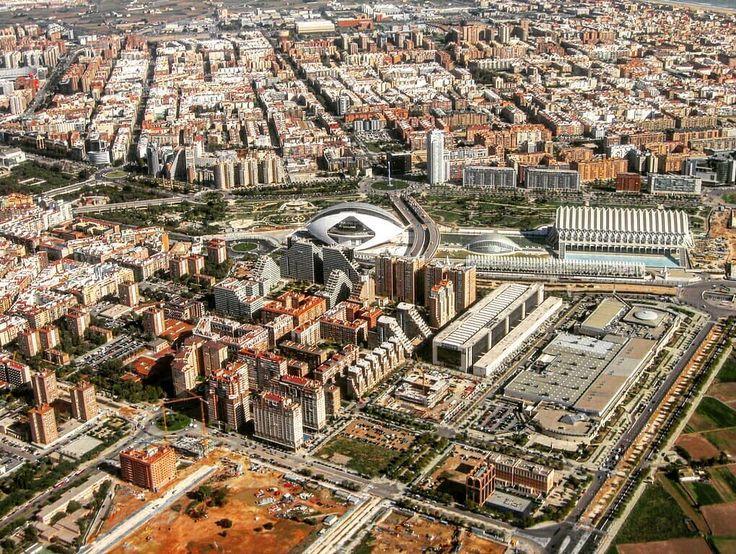 -Valencia Capital...Hemisferic Centro Comercial El Saler...#valencia #españa #spain #hemispheric #cute #nice #beautiful #followme #archilovers #architecture #buildings #instadaily #instagram #shot #streets #visuals #foto #fotografia #valenciacentro #photograph #photography #pic #tourism #travelblog #aerialview #view #aerial #flats #perspective #city
