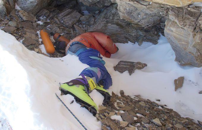 (Je cite) Les autorités népalaises ont annoncé qu'ils vont introduire de nouvelles règles visant à interdire aux grimpeurs inexpérimentés de tenter l'Everest pour améliorer la sécurité et réduire le nombre de morts sur la plus haute montagne du monde.