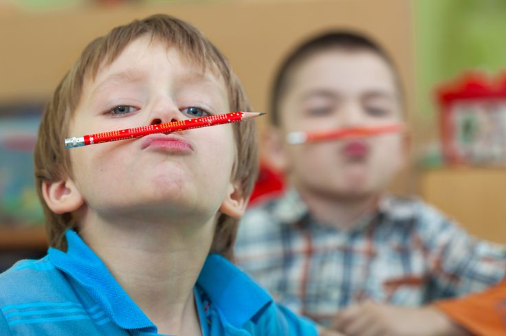 """Детская фотосессия в садике. Выпускная группа. Фотография называется """"Малыши и карандаши""""."""