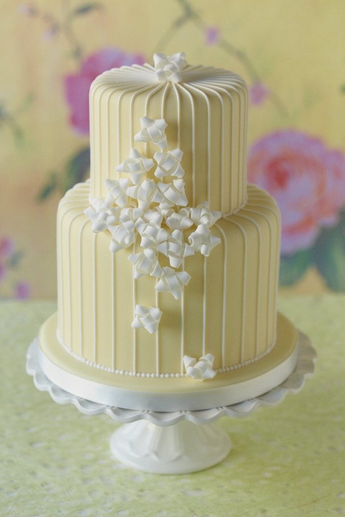 #CakeDecorating Mini Bow #Cake Perfect for Celebrations! Craft perfect mini gift bows! #Issue47