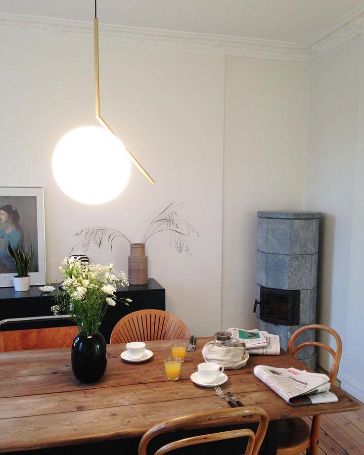 il lampadario è prezioso e minimale, tubolare di ottone, portalampada e opalina.