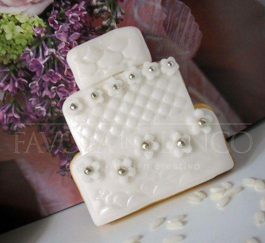 handmade wedding favors. biscotti a forma di torta nuziale decorati con pasta di zucchero. una dolcissima bomboniera!