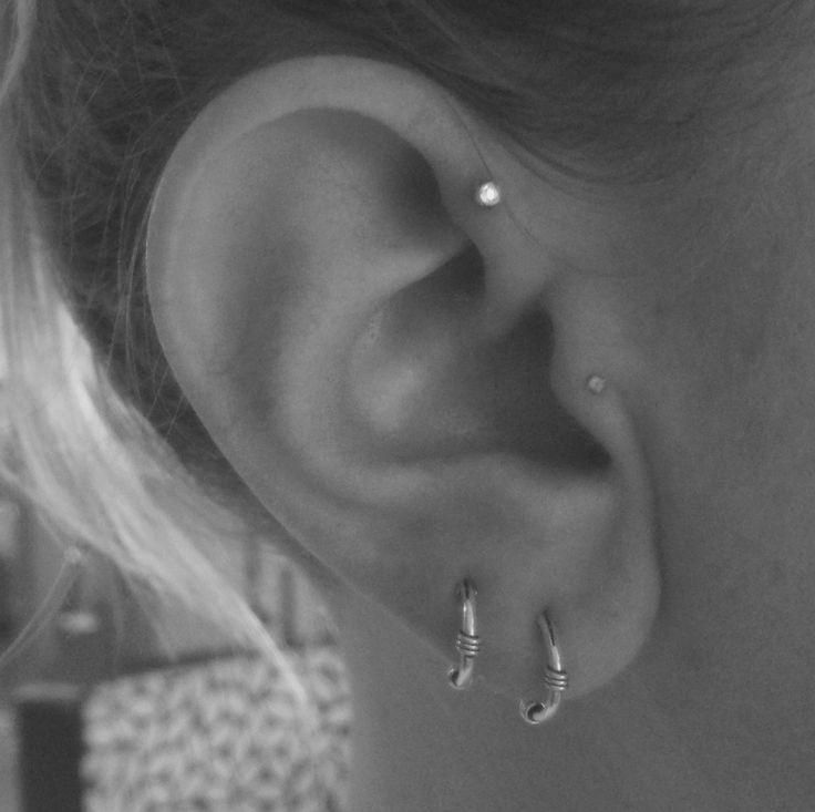 Piercing tragus, piercing anti-hélix (haut de l'oreille interne) et deux anneaux vintage en argent au lobe