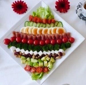 ハリウッド生まれのコブサラダ。このサラダを考案したシェフ・コブ氏の名前をとったそう♪新鮮な色とりどりの食材を食べやすい大きさに切り、お好みに並べば出来上がり♪ボリューム満点!簡単なのに豪華になるのでおもてなしに最適なサラダです♪ 食材は何でも良いのですが、写真の順に並べると華やかになるので、見ながら並べています(*^^*)♪♪アボカド(画像2)はお勧めです♪市販&手作りのドレッシングでど〜ぞ♫