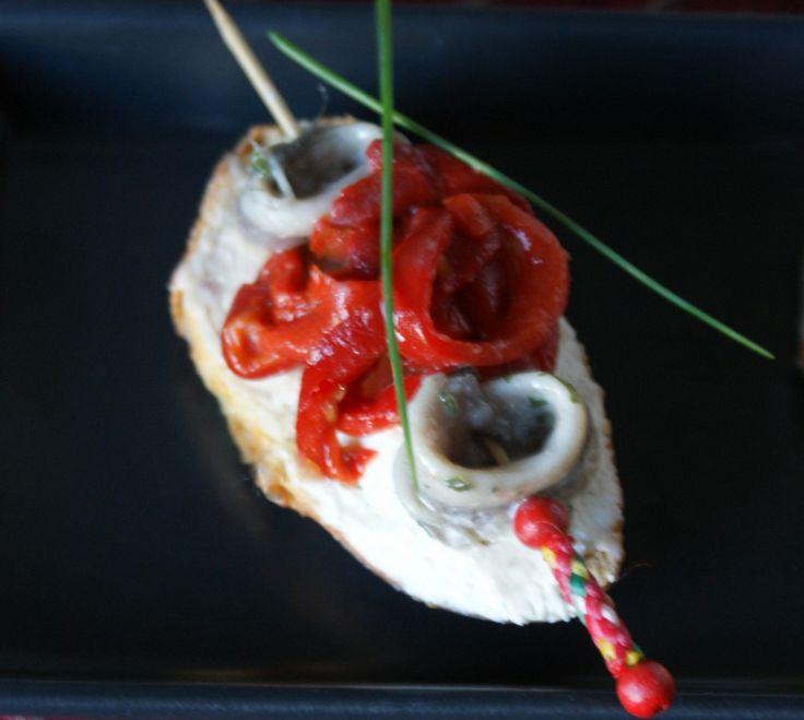 Jazmin y Canela Cuisine | Boquerones en vinagre con pimientos sobre mousse  de queso y mantequilla de anchoas | http://jazminycanela.com