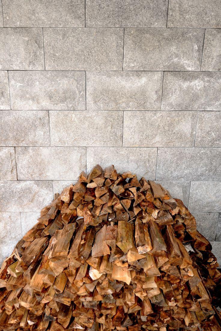 Vacker beklädnadssten i granit livar upp ditt bygge. Använd till exempel Granit Ljus 600x300 som på bilden. #beklädnadssten #granit