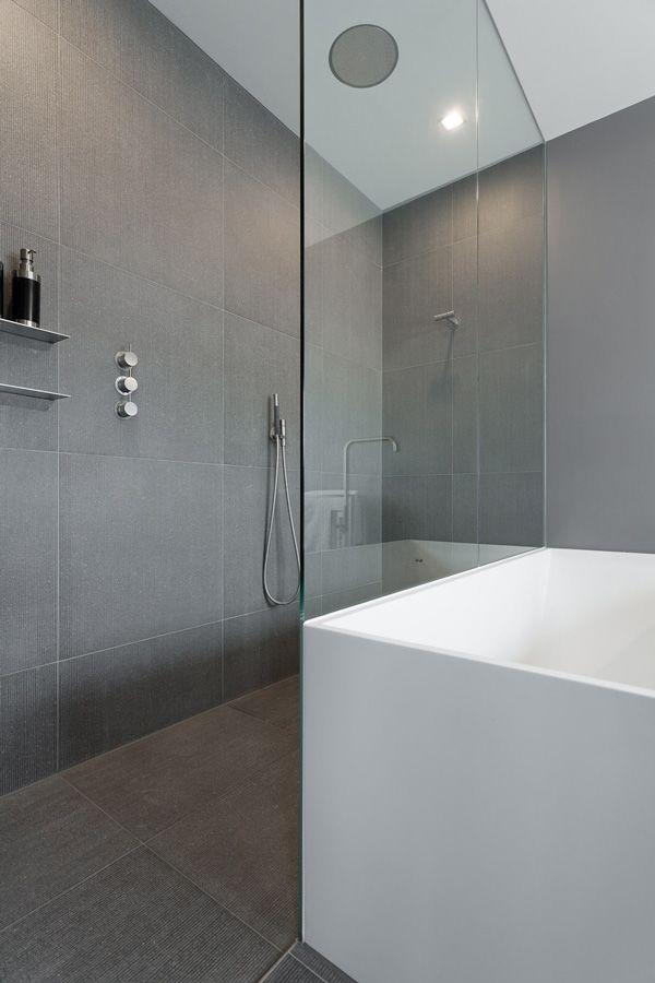 Strakke badkamer met glaswand voor douche