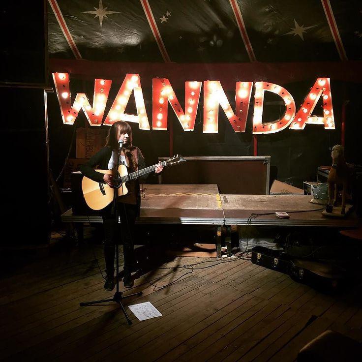 Kleines Wannda Circus Zelt Konzert. #wanndacircus #frau #gitarre #musik #music #konzert #concert #munich #muenchen #münchen #leuchtschrift