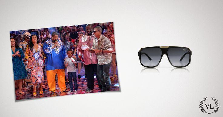 O cantos  Leandro Sapucahy completa seu estilo com óculos de sol da Via Lorran.