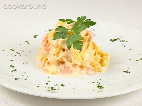 Tagliatelle al salmone affumicato: Ricette di Cookaround | Cookaround