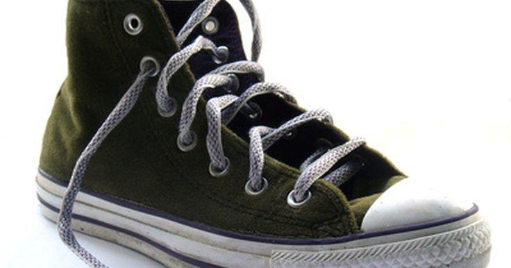 Cómo esconder los cordones de los zapatos (o zapatillas). La mayoría de las personas usan sus cordones de forma que queden a la vista de cualquiera que pueda ver la parte superior de su calzado. Otras, prefieren realizar un nudo escondido, o simplemente quieren esconder el cordón sobrante. Hay varias formas simples de hacerlo de manera de conseguir la apariencia deseada y al mismo tiempo atar el calzado ...