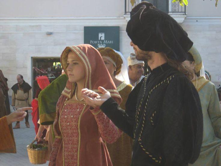 Dama e Cavaliere nel Corteo Giudicale. Durante il Settembre Oristanese, che si svolge a Oristano ogni anno durante tutto il mese di settembre  si tiene   il Corteo Giudicale: una sfilata commeorativa con  abiti della corte e del popolo ricostruiti su costumi del XV secolo. Eleonora d'Arborea moglie di Brancaleone Doria del potente casato genovese, era figlia di Mariano IV,  e di Timbora di Roccaberti, nobile catalana.