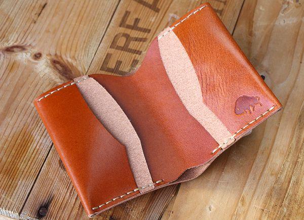 Köp denna läderplånbok på - sawyerstreet.se - Fraktfritt #sawyerstreetgoods #presenttips #kvalitet #inspiration #inredning #exklusiv #accessoarer #herrstil #herrmode #gentleman #födelsedagspresent #hantverk #herraccessoarer #handgjort #livsstil #tillhonom #plånbok #skinn #läder #lyx #bisonmade