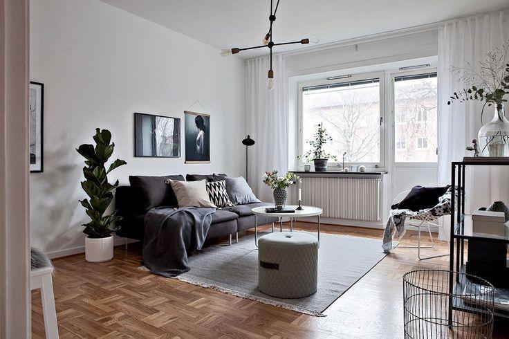 Högt till tak och bevarad stavparkett är genomgående för större delen av bostaden. Anders Zornsgatan 21E - Bjurfors