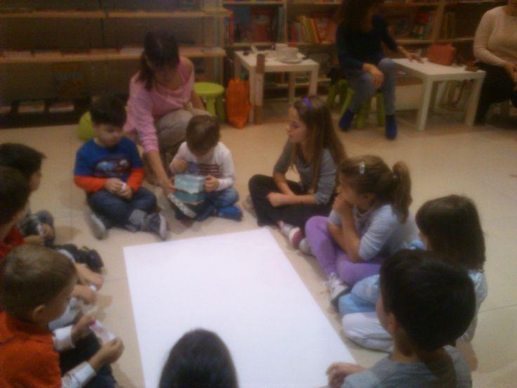 Η συγγραφέας Μαριλίτα Χατζημποντόζη απασχολεί τα παιδιά με διαδραστικά παιχνίδια και ζωγραφιές