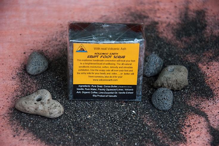 Скраб для ног на основе вулканического пепла. В этом скрабе для ног вулканический пепел используется как природный эксфолиант для мягкого удаления верхнего слоя омертвевшей кожи. Органическое масло какао, входящее в состав скраба, одновременно смягчает и увлажняет кожу. Используйте мыльную сторону для очищения ног, а сторону со скрабом для пяток и ступней, и вы будете довольны результатом! $8.90