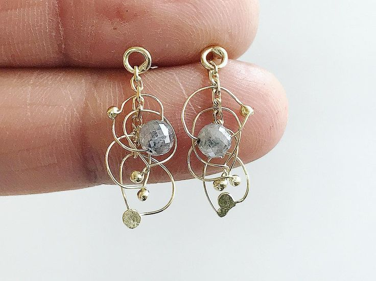Soooo in love with these teeny tiny light catchers I want to keep them all to myself! Made with two of my favourite techniques fine forging and fine soldering I could sit and make these all day. . Hunters and Gatherers forged abstract diamond drop earrings . . One Marylebone London 19-22 October stand 20 . #lovemyjob #huntersandgatherers #lightcatchers #earsculpture #lovegold #tamaragomezjewellery #abstractjewels #roughluxe #roughdiamonds #greydiamonds #naturaldiamonds #goldsmith…
