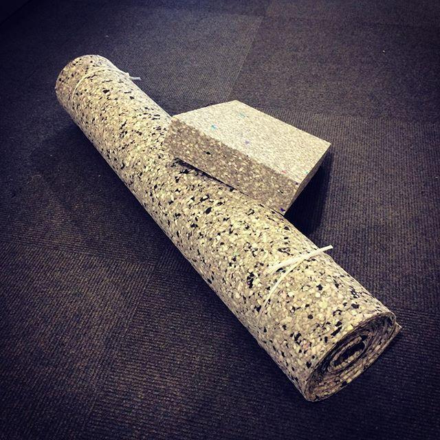 Yogamåtte og yogablok i 100 kg. granulat skumgummi. #yoga #Dkdesign #skumhuset #fritid #kvalitet #yogaeverydamnday #skumhusetproduktion #Dk