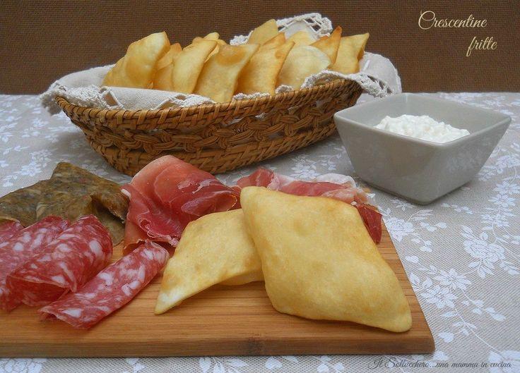 Le crescentine fritte sono un piatto tipico dell'Emilia Romagna. Si tratta di un impasto simile a quello del pane tagliato a losanghe e fritto.