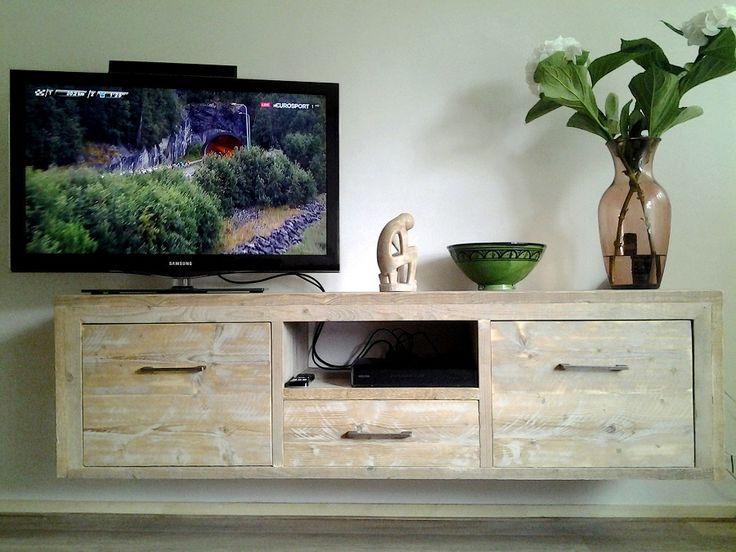 Zwevend of hangend tv-meubel van gebruikt steigerhout met 3 laden en nog een open vak, handig voor de apparatuur met afstands- bediening. Wanneer je de lades eruit haalt dan zie je dat bovenin het meubel een stevige lat van links naar rechts loopt. Hier kun je doorheen boren voor de montage aan de muur. Desgewenst maken wij dit meubel staand. Bijv. 180x50x50cm €425 excl. grepen